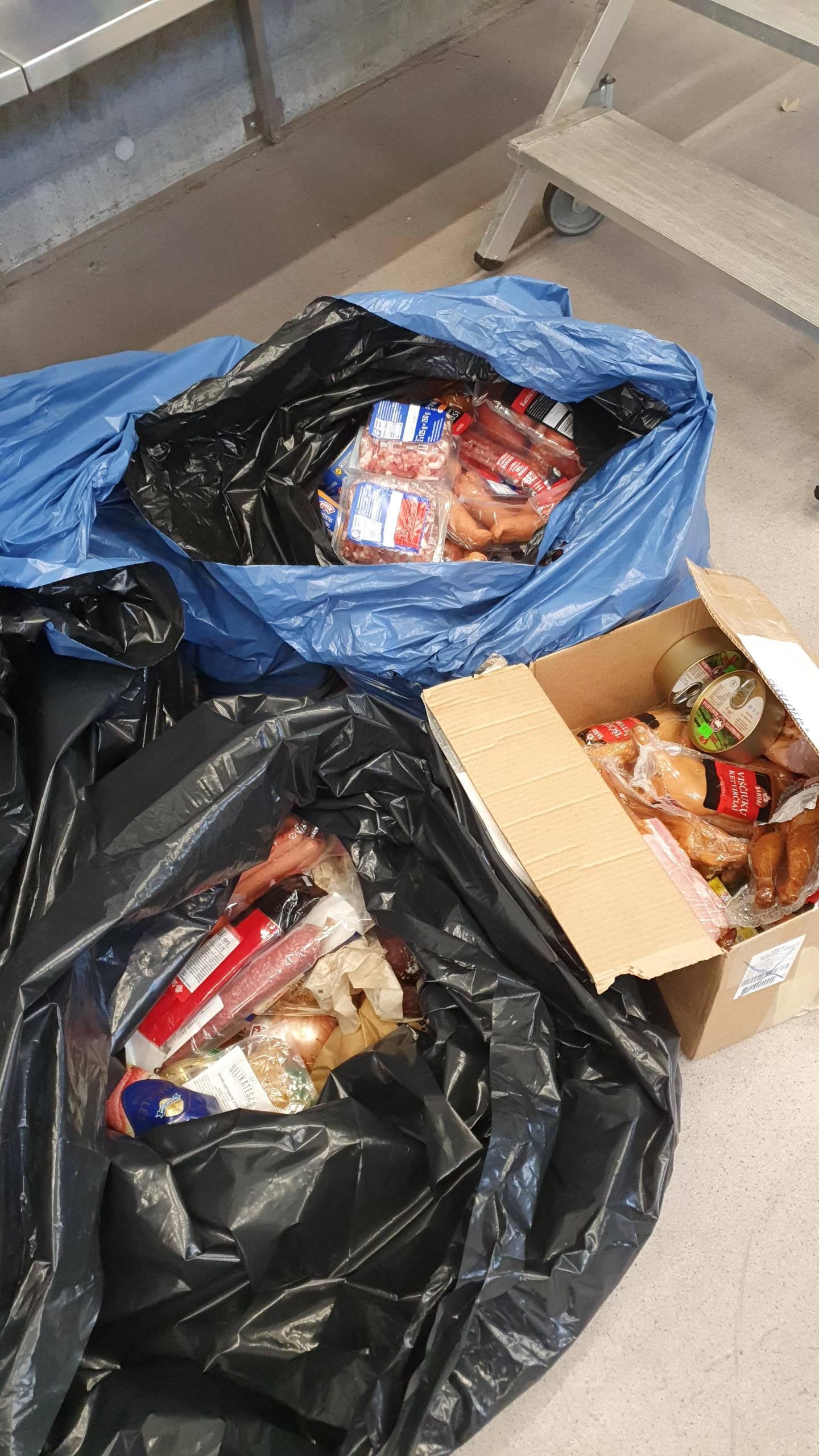 Plastsekker og esker fulle av smuglede kjøttvarer.