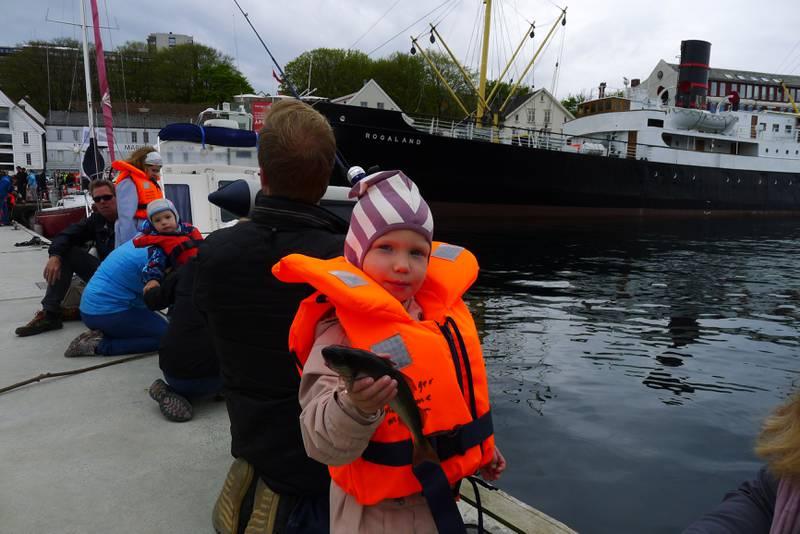 Liva Midtveit fikk også fisk og tok den med seg for å vise den til pappa. Foto: Tore Bruland