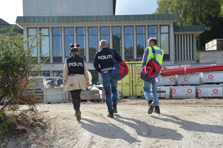 Politi på vei til byggeplassen ved det gamle rådhuset i Sandnes.