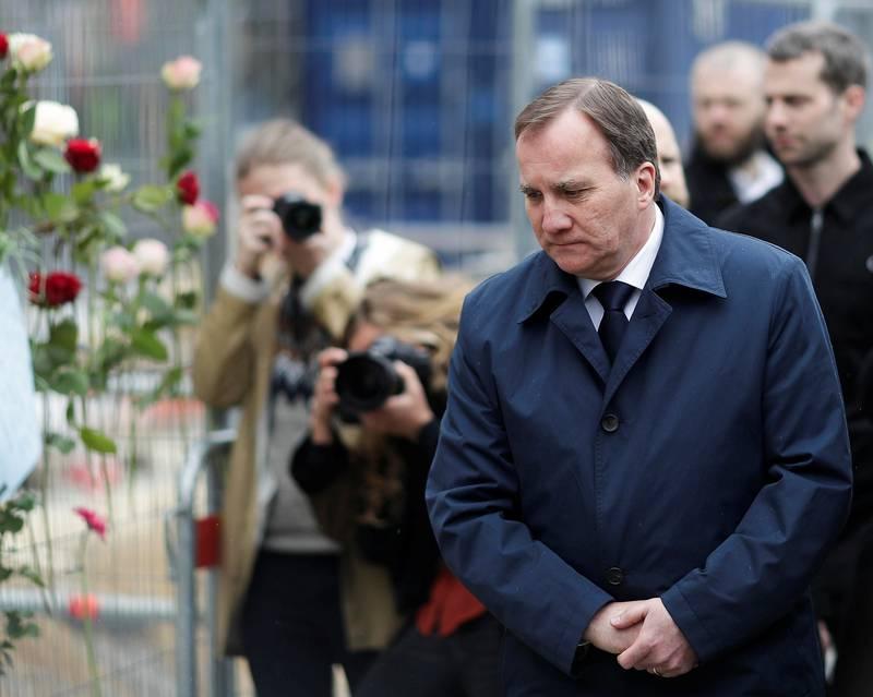 Statsminister Stefan Löfven la lørdag ned blomster der en mann kjørte ned og drepte fire personer i Stockholm sentrum. FOTO: MARKUS SCHREIBER/NTB SCANPIX