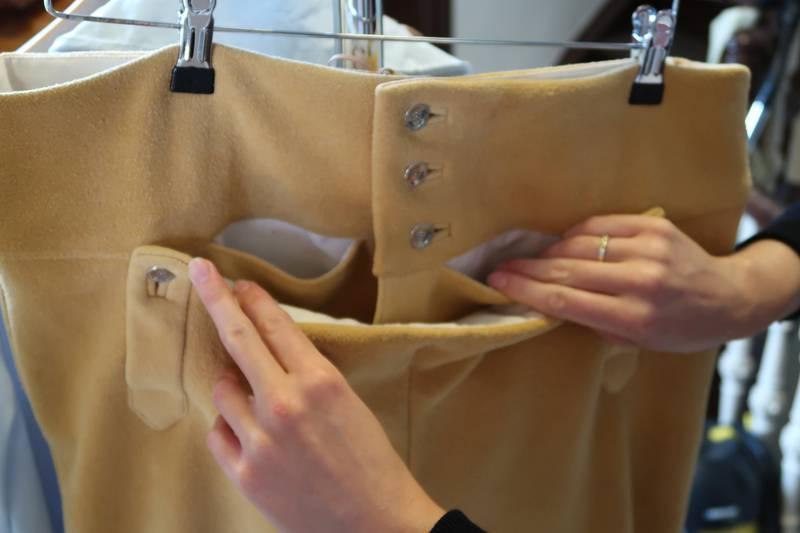 Bunadsbuksene har praktiske lommer på innsiden av smekken, for oppbevaring av snus, klokke, betalingskort, penger mm.