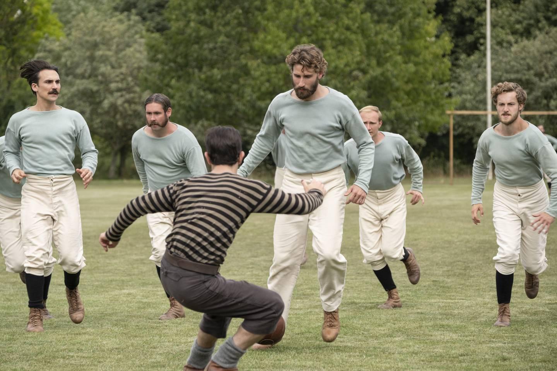 Det blir hard kamp mellom Fergus Suters Darwen og Arthur Kinnairds Old Etonians i FA-cupen i denne miksen av fotballhistorie og kostymedrama.