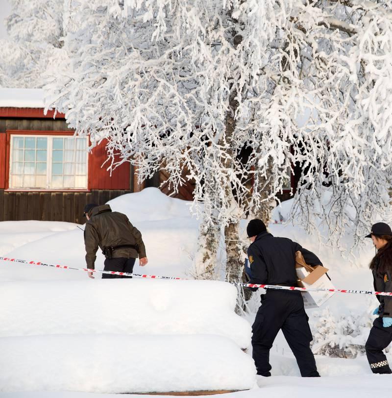 Politiet ved hytta på Beitostølen, der den 13-årige jenta fra Lommedalen ble funnet død  nyttårsaften i fjor.