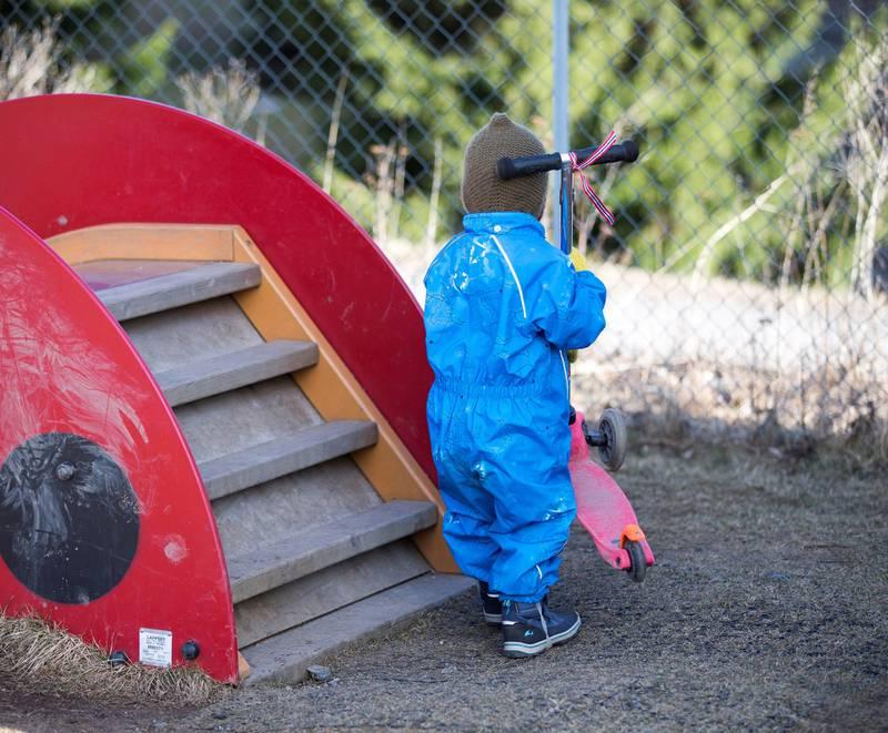 Fra 1. august må alle norske barnehager oppfylle et bemanningskrav som tilsvarer minimum én voksen per tre barn under tre år, og én voksen per seks barn over tre år.