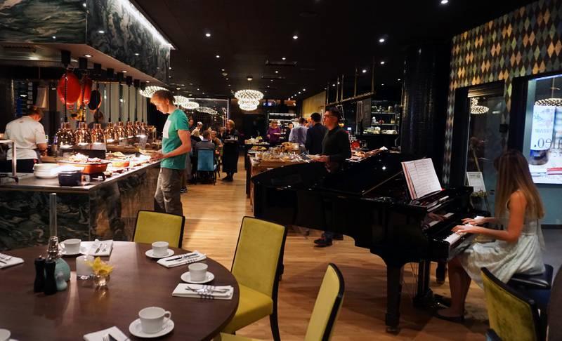 Beroligende pianomusikk serveres også til frokost.