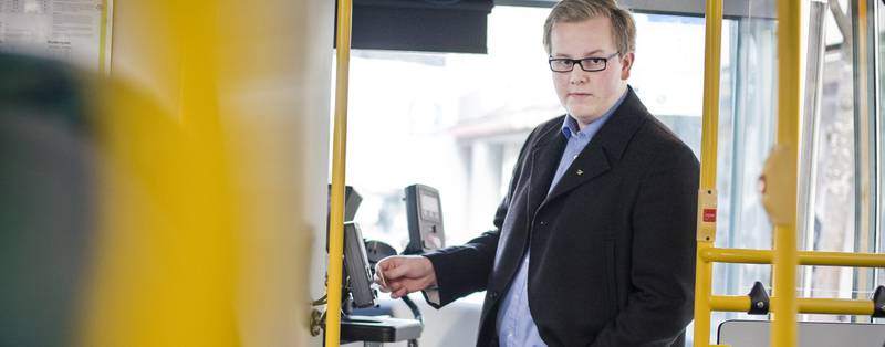 Eirik Faret Sakariassen (SV) mener at bussprisen må kraftig ned i Stavanger hvis flere skal velge bussen. Han mener vi må se på forsøket som ble gjennomført i Trondheim ved årsskiftet. Der er prisene redusert og 1200 flere mennesker tar bussen hver dag.